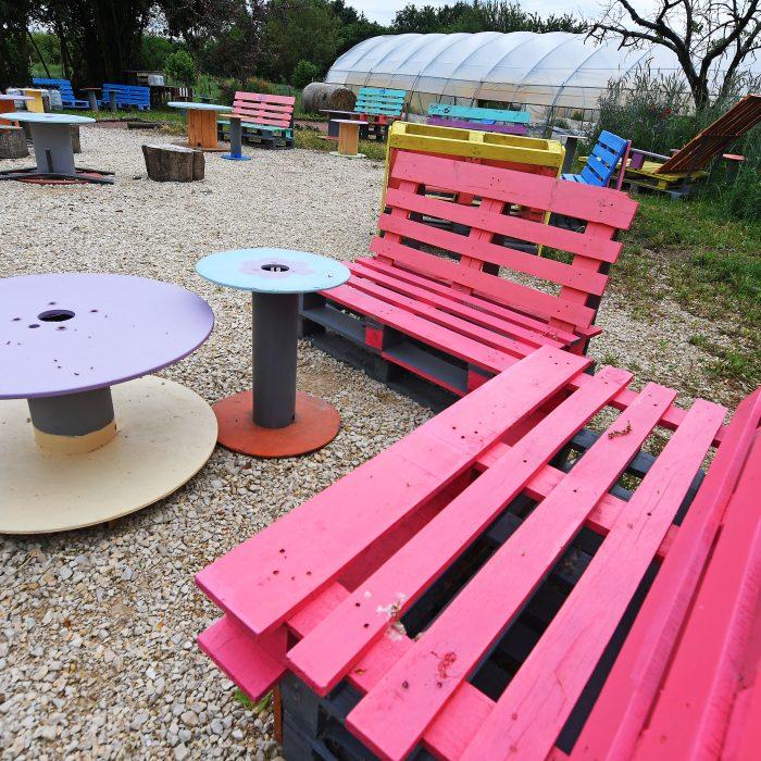Tables et chaises colorées à l'Arrose'Loire en palettes