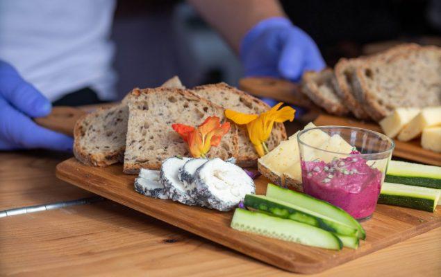 Plateau avec fromage, concombre et pain