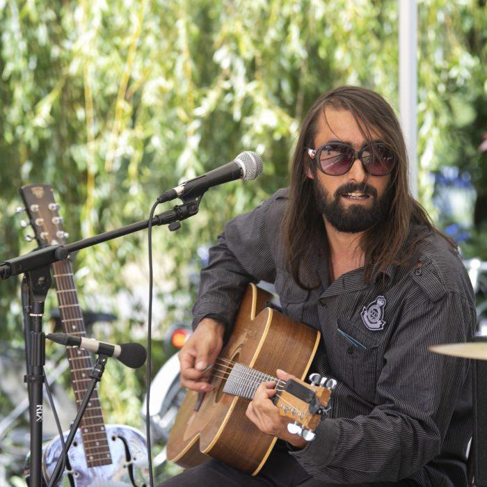 Homme jouant de la guitarre