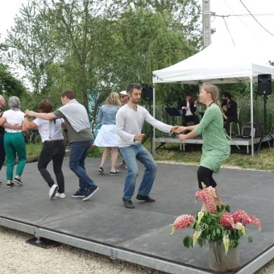 Personnes qui dansent à la guinguette