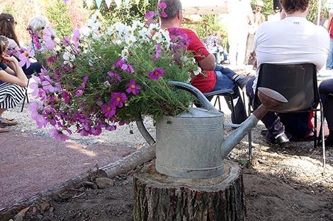 Photo d'un arrosoir rempli de fleurs