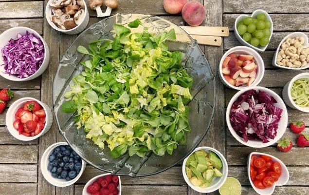 table présentant dans des saladiers divers aliments