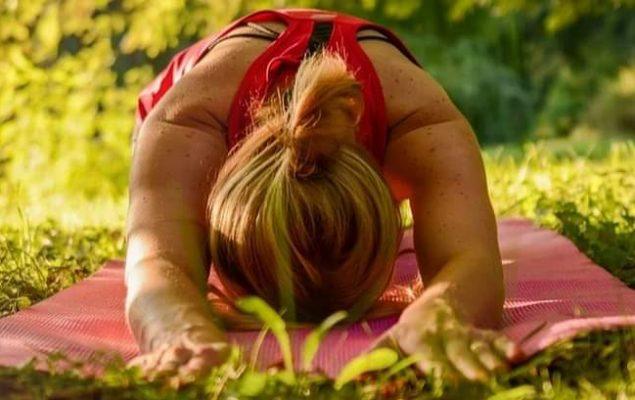 Femme effectuant une posture de Yoga