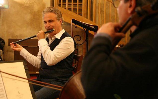 Deus musiciens, l'un jouant de la flûte, l'autre du violon