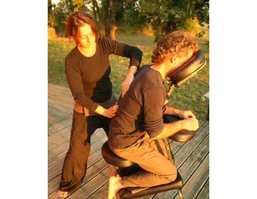 Femme effectuant un massage amma assis